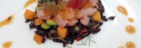Gamberi rossi, riso venere e verdure croccanti