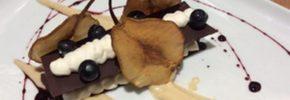 Millefoglie croccante di cioccolato, crema di ricotta, pere e riduzione di ratafia