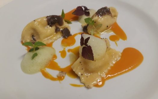 Ravioli di orapi, pomodori gialli, tartufo estivo e schiuma di prezzemolo