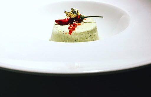 Semifreddo al pistacchio, peperoncino piccante , scaglie di sale, oro