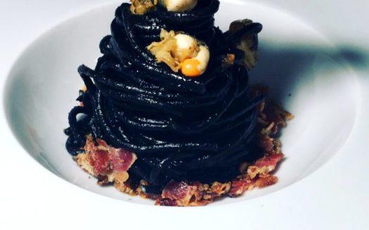 Spaghetti al nero, polpa di canestrello e guanciale croccante