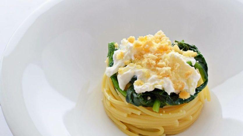 Spaghetti con cime di rapa, burrata e tarallo