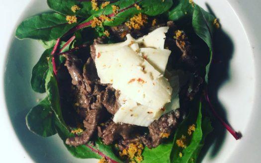 Straccetti di bufala, caciottina al peperoncino, erbette fresche bio , bietolina rossa e crumble di frisella e peperoncino