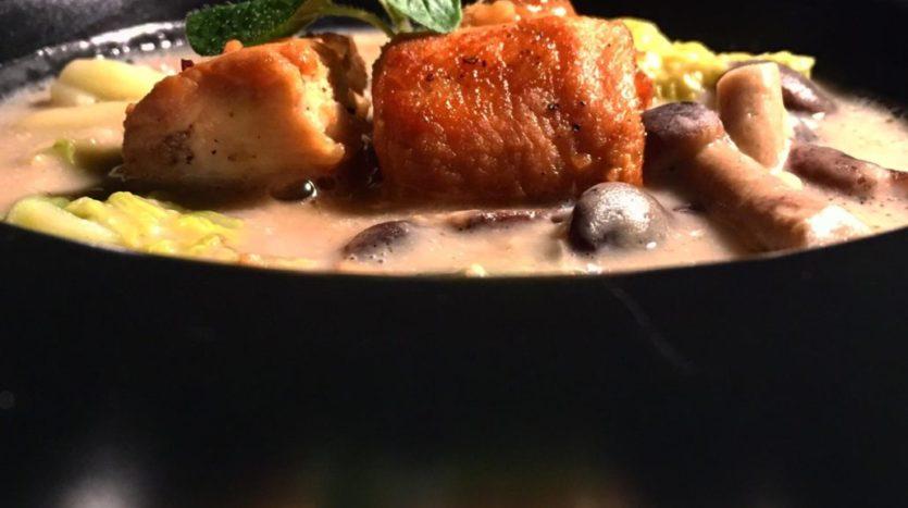 Zuppa di castagne, verza, funghi pioppini e coniglio glassato al miele